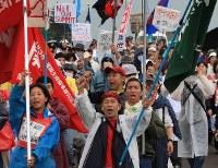 【2008年主要国首脳会議】反G8サミットを訴えデモ行進する人たち=北海道壮瞥町で2008年7月7日、尾籠章裕撮影