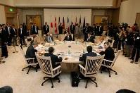 【2008年主要国首脳会議】G8ワーキング・セッションで円卓に着席した首脳たち。(正面奥から時計回りに)福田康夫首相、ニコラ・サルコジ仏大統領、アンゲラ・メルケル独首相、ゴードン・ブラウン英首相、ジョゼ・マヌエル・ドゥラン・バローゾEU委員長、シルビオ・ベルルスコーニ伊首相、スティーブン・ハーパー、カナダ首相、ドミトリー・メドベージェフ露大統領、ジョージ・W・ブッシュ米大統領=北海道洞爺湖町のザ・ウィンザーホテル洞爺で2008年7月8日