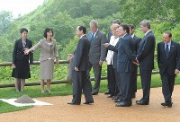 【2008年主要国首脳会議】記念植樹にG8首脳らを案内する高橋はるみ・北海道知事(左から2人目)=北海道洞爺湖町のザ・ウィンザーホテル洞爺で2008年7月8日午後0時21分、西本勝撮影