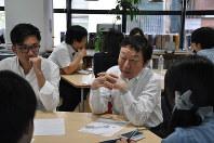 高校生たちが日本の教育について考えるイベント「高校生教育再生会議」で、議論に加わる京都造形芸術大学教授の寺脇研さん=東京都渋谷区で2016年5月8日、五十嵐英美撮影