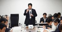 南海トラフ地震対策推進本部会議で冒頭にあいさつする尾埼知事=高知県庁で、柴山雄太撮影