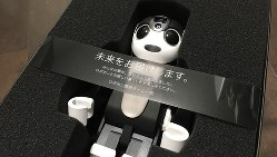 5月26日夜、筆者の自宅に届いたロボット型携帯電話「ロボホン」