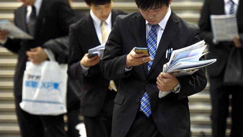 マイナビ合同会社説明会で、合間にスマホをチェックする学生=竹内紀臣撮影