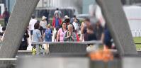 原爆慰霊碑に手を合わせる人たち=広島市中区で2016年5月27日午前9時20分、小関勉撮影