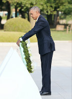 U.S. President Barack Obama lays a wreath of flowers in front of the cenotaph for A-bomb victims at Hiroshima Peace Memorial Park on the afternoon of May 27, 2016. (Pool photo)
