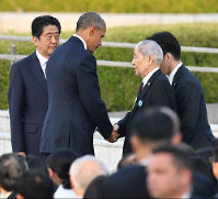 U.S. President Barack Obama greets atomic bomb survivor Sunao Tsuboi, who serves as the co-chairperson of the Japan Confederation of A- and H-Bomb Sufferers Organizations, at Hiroshima Peace Memorial Park on May 27, 2016. (Pool photo)