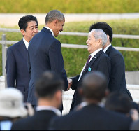 U.S. President Barack Obama speaks with atomic bomb survivor Sunao Tsuboi, who serves as the co-chairperson of the Japan Confederation of A- and H-Bomb Sufferers Organizations, at Hiroshima Peace Memorial Park on May 27, 2016. (Mainichi)