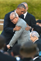 U.S. President Barack Obama embraces atomic bomb survivor Shigeaki Mori, a researcher engaged in studies on American POWs who were exposed to the atomic bombing, at Hiroshima Peace Memorial Park on May 27, 2016. (Mainichi)