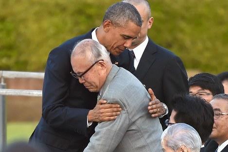 所感を述べた後、被爆者の森重昭さん(中央)を抱きしめるオバマ米大統領=広島市中区の平和記念公園で2016年5月27日午後6時8分、久保玲撮影