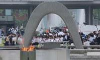 原爆慰霊碑の前で手を合わせる人たち=広島市中区で2016年5月27日午前9時55分、宮武祐希撮影