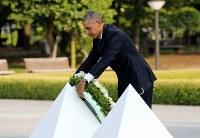 平和記念公園を訪問し、原爆慰霊碑に献花するオバマ米大統領=広島市中区で2016年5月27日午後5時39分(代表撮影)