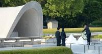 献花をするオバマ米大統領=広島市中区の平和記念公園で2016年5月27日午後5時39分、小関勉撮影