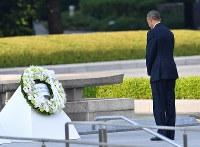 献花後、立ち尽くすオバマ米大統領=広島市中区の平和記念公園で2016年5月27日午後5時39分、小関勉撮影