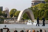 原爆慰霊碑への献花を終え、握手を交わすオバマ米大統領(右)と安倍晋三首相=広島市中区の平和記念公園で2016年5月27日午後5時40分(代表撮影)