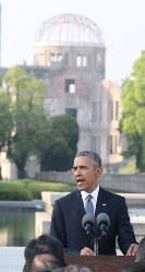 平和記念公園で所感を述べるオバマ米大統領=広島市中区で2016年5月27日午後5時44分(代表撮影)