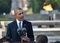 平和記念公園で所感を述べるオバマ米大統領。後方は平和の灯=広島市中区で2016年5月27日午後5時50分(代表撮影)