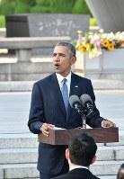 平和記念公園で所感を述べるオバマ米大統領==広島市中区で2016年5月27日午後5時58分(代表撮影)