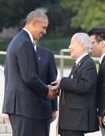 対面を果たし笑顔で握手するオバマ米大統領(左)と坪井直さん=広島市中区の平和記念公園で2016年5月27日午後6時7分(代表撮影)
