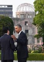 平和記念公園を訪れ、安倍晋三首相(左)の肩に手を添えるオバマ米大統領=広島市中区で2016年5月27日午後6時13分、徳野仁子撮影