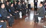運転士らと安全への取り組みについて意見を交わす島田社長(右)=札幌市手稲区のJR北海道札幌運転所で
