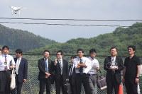 小型無人機「ドローン」を操縦する飛行実験の参加者=盛岡市三ツ割の県営野球場駐車場で