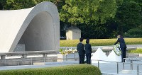 U.S. President Barack Obama lays a wreath of flowers in front of the cenotaph for the A-bomb victims at Hiroshima Peace Memorial Park in the late afternoon of May 27, 2016. (Mainichi)