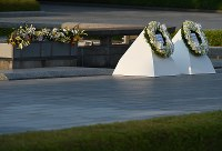 A wreath of flowers (right) that U.S. President Barack Obama laid in front of the cenotaph for the A-bomb victims at Hiroshima Peace Memorial Park sits next to the wreath offered by Japanese Prime Minister Shinzo Abe, on May 27, 2016. (Mainichi)