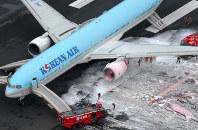 左翼エンジン(中央)から出火した大韓航空機=羽田空港上空で2016年5月27日午後1時6分、本社ヘリから梅村直承撮影