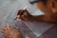 バティックの下絵を描く職人=チルボンで2016年5月18日午前10時52分、平野光芳撮影