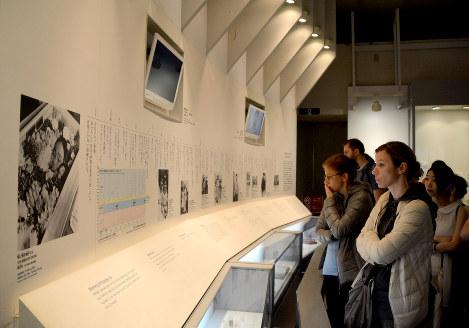 オバマ米大統領が訪れた後の週末、原爆資料館は国内外の旅行者でにぎわった=広島市中区で2016年5月29日午後5時35分、石川裕士撮影