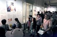オバマ米大統領の訪問から一夜明け、原爆資料館を訪れた多くの人たち=広島市中区で2016年5月28日午前10時11分、宮武祐希撮影
