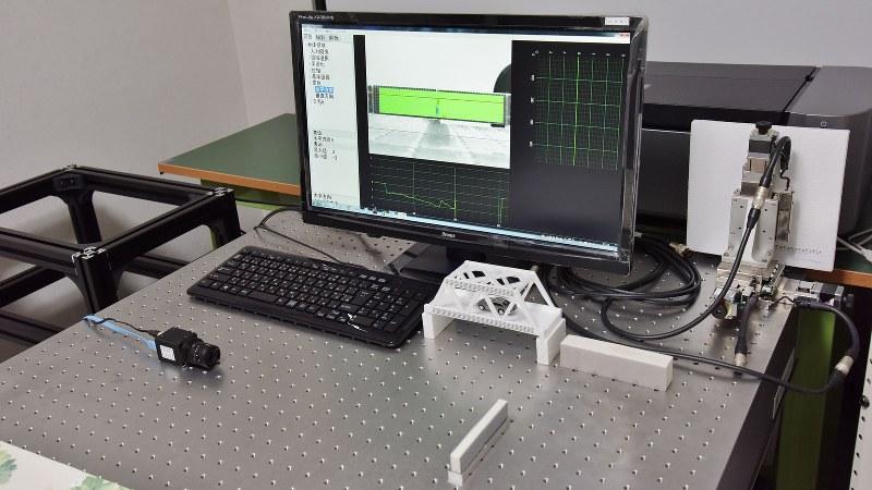 4Dセンサーの変形計測装置。キーボードの手前のカメラで対象物を撮影する=4Dセンサー提供