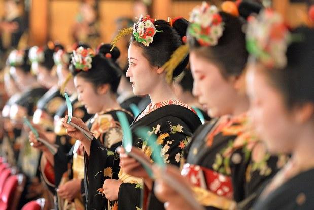 京都の舞妓さんたち=京都市東山区の祇園甲部歌舞練場で、小松雄介撮影