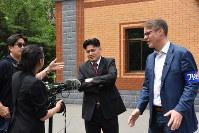 流ちょうな外国語で外国メディアに接する北朝鮮当局者=平壌市内で5月9日