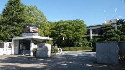 軽自動車の生産が止まった三菱自の水島製作所。門の上に飾られているのは生産停止車種の一つ「eKスペース」=三菱自動車提供