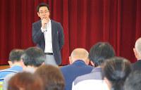 介護をテーマに講演した毎日新聞の向畑泰司記者=兵庫県姫路市内で、山縣章子撮影