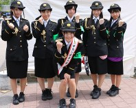 痴漢の撲滅を訴える地下アイドルグループ「仮面女子」のメンバー=横浜市中区で