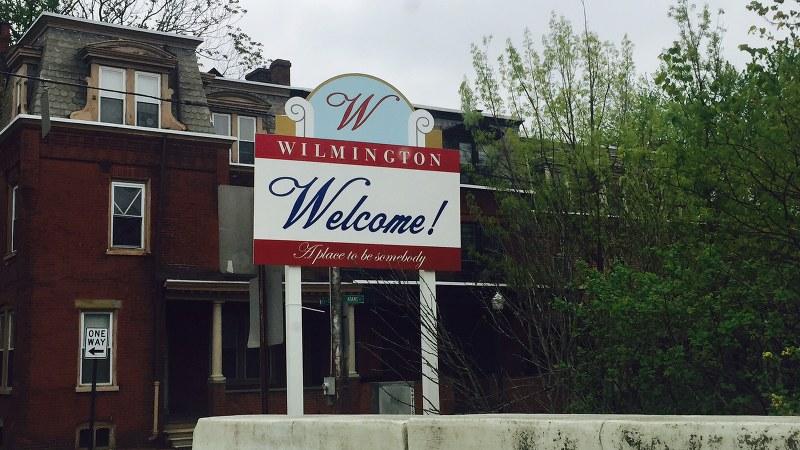 デラウェア州ウィルミントン市にある看板。「何者かになれる場所」と書かれている=2016年4月、清水憲司撮影