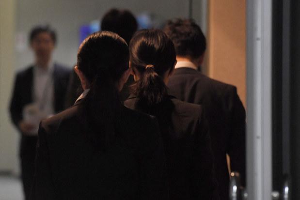 控え室からグループ面接の会場へ向かう就活生たち=東京都墨田区で6月1日、喜屋武真之介撮影