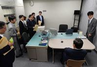 模擬取調室を視察する衆院法務委員ら。右奥が録音録画機材で上部の四角い部分にカメラなどが設置されている=東京地検で2015年6月3日、望月亮一撮影
