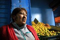 母を左翼ゲリラに殺されたカルメン・チャベスさん。強力な犯罪対策をとる大統領を待望する=リマ南部ビジャエルサルバドルで2016年5月28日午後8時3分、朴鐘珠撮影