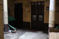 アルベルト・フジモリ政権下の軍特殊部隊による市民虐殺「バリオスアルトス事件」が起きた現場の民家の中庭。ここで焼き肉をしていた民間人が機関銃で無差別銃撃され、15人が死亡した=リマ市内で2016年5月26日午後2時1分、朴鐘珠撮影