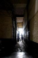アルベルト・フジモリ政権下の軍特殊部隊による市民虐殺「バリオスアルトス事件」が起きた民家。特殊部隊は玄関(中央奥)から突入してきて、中庭で焼き肉をしていた民間人15人を無差別銃殺した=リマ市内で2016年5月26日午後1時57分、朴鐘珠撮影