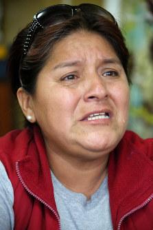 アルベルト・フジモリ政権下の軍特殊部隊による市民虐殺「バリオスアルトス事件」で夫と8歳の息子を殺された悲しみを語るロハスさん(50)=リマ市内で2016年5月25日午後5時17分、朴鐘珠撮影
