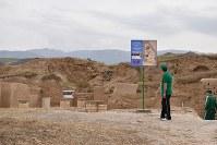 ニサ遺跡(旧ニサ)の中央入り口に残る柱の跡。壁や柱の多くは土でできており、崩れているところも多い=トルクメニスタンで5月5日、山本太一撮影