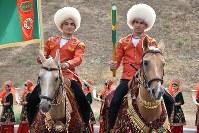 「第5回アジアインドア・マーシャルアーツゲームズ」のカウントダウンイベントで出発するアハルテケ種の馬=トルクメニスタンで5月5日、山本太一撮影