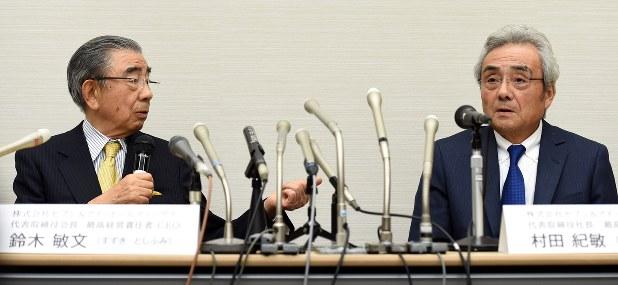 セブン&アイHDの鈴木敏文会長(左)と村田紀敏社長(肩書きはいずれも当時)=2016年4月7日、徳野仁子撮影
