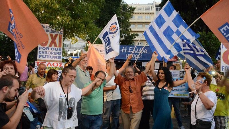ギリシャ国民投票で優勢の速報を受け、歓喜する「緊縮策受け入れ反対派」=2015年7月5日、宮川裕章撮影