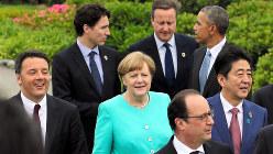 伊勢志摩サミットの記念撮影に向かうドイツのメルケル首相(中央)ら先進国首脳=2016年5月26日撮影