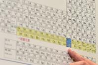 新元素「ニホニウム」は元素周期表の113番に入る=竹内幹撮影